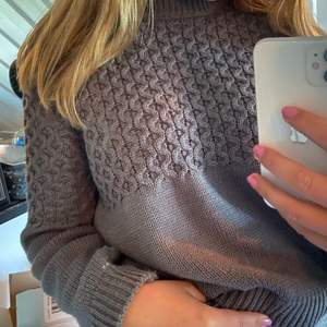 Snygg stickad tröja köpt på NA-KD i Göteborg. Knappt använd så ser helt ny ut! Färgen på tröjan är som på bild 2 då det va olika ljus på dom. Skriv gärna om ni har frågor eller är intresserade!💜