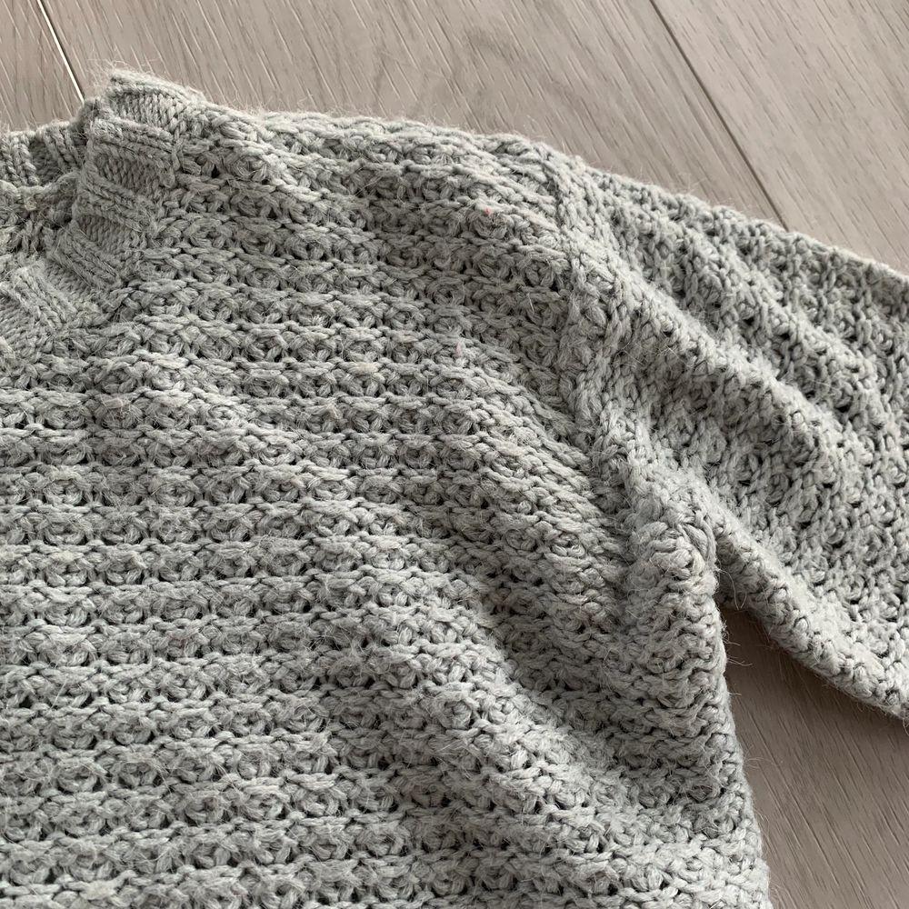 Säljer denna grå stickade tröjan, perfekt inför hösten💕 Osäker på vilket märke men tror det heter Angelology. Använd 2ggr. Storlek M. Pris 60kr + frakt. Tvättar och stryker såklart innan jag skickar💕. Stickat.