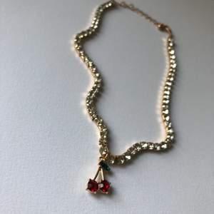 Glittrig halsband/choker med körsbär 🍒 Aldrig använt så är i nyskick! Frakt kostar 11kr ❣️