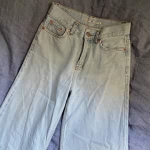 De populära vida jeansen från junkyard! Fint skick förutom att det är små hål under två hällor på sidorna, det syns knappt!