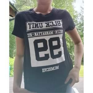 Svart t-shirt från new yorker i stl S. Vitt tryck och ribbad längs sidorna. Längre modell. 20kr +frakt
