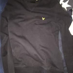 Sweater från Lyle & Scott, använd men i otroligt bra skick!