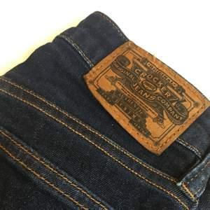 Skitsnygga Crocker jeans i modellen Pow High köpta på Jc, använda 2 ggr. Storlek: 23/32 Fraktar ej, möts endast upp i Stockholm