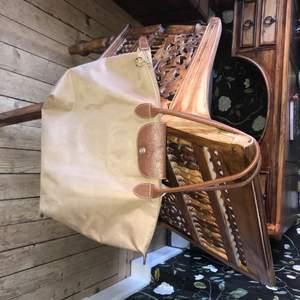 Longchamp Väska. Har i fler färger: mörkblå, mörkbrun, och rosa skickar mer bilder på begäran. Pris kan diskuteras