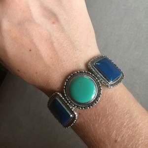 Armband med stenar  Ca 5,5 cm i diameter Stretchig tråd
