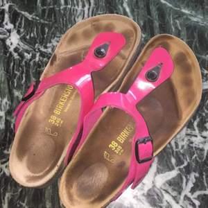 Birkenstock i använt skick (syns på sulan men ej på remmen). Mer som en 39a än en 38a. Världens skönaste och bästa sko! Köparen står för frakt.