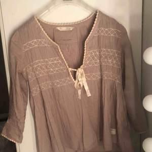 Även denna blus är från Odd Molly och är köpt vid samma tillfälle som den tidigare. Blusen funkar även för dig som har S i storlek och är jättefin. Ordinarie pris på blusarna var för sig var runt ca 1000 - 1500 kr vid mitt köptillfälle :)