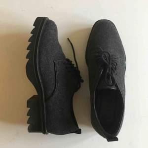 Fina loafers/finskor från Zara. Knappt använda! Grått filttyg. Strl 37
