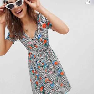 Oanvänd somrig klänning inköpt på asos i somras, Sjukt bekvämt tyg som känns lätt på kroppen, vackra blommor och bandet runt midjan skapar en fin siluett.    Originalpris 342kr (reas nu ut för 268 på asos) frakt ingår i priset 💕