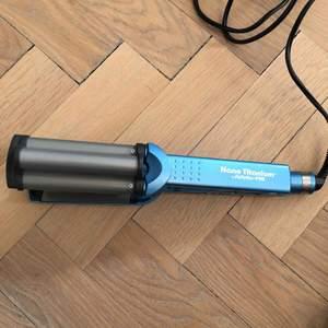 Nano Titanium våg/lock tång från BaByliss. Bra skick och enkel att använda. Har däremot ett engelsk el uttag så behöver en vanlig adapter till. Priset kan diskuteras, skicka ett meddelande vid frågor eller önskan om fler bilder.