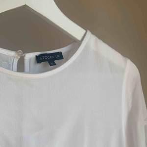 En stilren och snygg blus från STOCKH LM köpt på MQ cirka 3 år sedan inför konfirmation. Mycket bra kvalité och passar både till arbetstillfällen och finare tillställningar. Nypris ca 400kr. Köparen står för frakt.