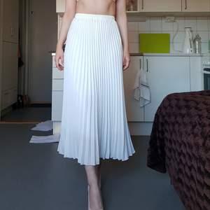 Lång, plisserad kjol som aldrig använts! Passar både S och M. Köpt från Yesstyle. Köparen står för frakt