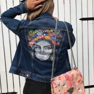 Säljer min Jeansjacka, har målat på den själv. Väldig  god skick! ✨