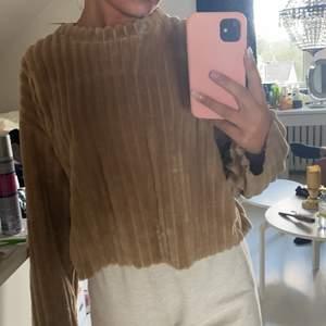 En super mysig brun tröja från Zara! Använd fåtal gånger så är i ett bra skick. Köparen står för frakten