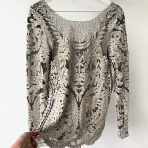 Så fin tröja från Nelly! Dyr vid inköp och helt slutsåld så passa på att fynda! Storlek S. Aldrig använd!