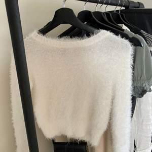 Säljer denna sköna långärmade tröjan ifrån h&m. Använd 1-2 gånger så i bra skick. Säljer för 90kr + frakt (65kr) 🤍🤍