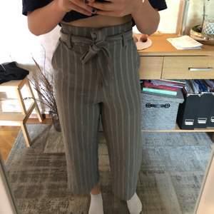 Dessa byxor är väldigt fina och tåligt material. Dessa byxor är använda medel och man kan knyta i midjan så tajt man vill ha