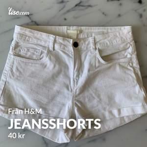 Snygga vita jeansshorts från H&M i storlek 34, i bra skick! Frakt tillkommer och betalning sker via swish💓 Skicka ett meddelande om du har några frågor, vill diskutera pris eller om du vill ha fler bilder🤩🤩