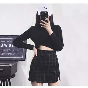kort svart kjol i asian size L vilket blir S/M i Eu size. oanvänd och frakt tillkommer. längd: 38cm.  höft: 90cm. midja: 68cm