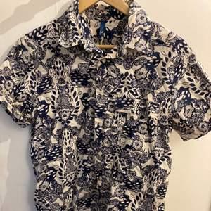 Mönstrad skjorta (blåa mönster, inte svarta!) 🔥 Fint skick 🌟 Står storlek M men gillar man oversized så funkar den nog på S också 😊 Köparen står för frakt, hör av er vid frågor/fler bilder 💪🏼