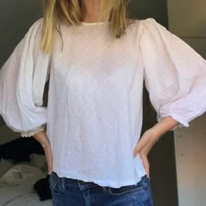 Jättesöt vit blus från Gina med balongarmar!! Använd 1 gång