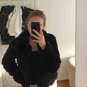 As snygg svart fake pälsjacka från vila, den är jätte skön och passar både s/m