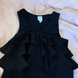 Fint svart linne med volanger i storlek xs! Köpt från Monki. Köpare står för frakt!