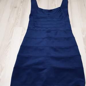 Mörkblå bandageklänning, sitter jättefint och åtsittande  100kr + eventuell frakt, möts annars upp i Lund eller Höllviken
