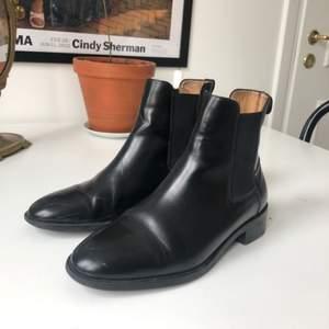 Sparsamt använda Chelsea boots från COS a/w 16.  100% läder.  Sulan är gummi förutom en liten del på hälen som är läder.  De har mestadels använts inomhus.   Normal i storleken och ganska smal.