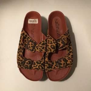 Sparsamt använda lädersandaler från märket Sixtyseven