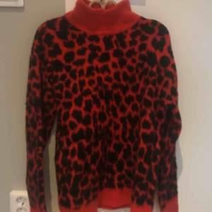 En fin rosa tröja med leopard mönster ifrån na-is. Knappt använd och därmed i väldigt fint skick!