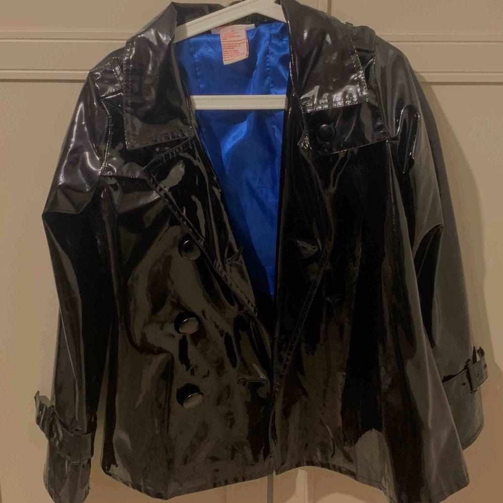 Svart lackad jacka Tunn - vår jacka  Aldrig använd dock köpt på second hand i New York Knappar på ena sidan fattas. Jackor.