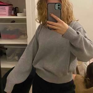 Snygg grå stickad tröja ifrån h&m! Modellen på tröjan är lite oversized vilket enligt mig är väldigt snyggt :)🧸