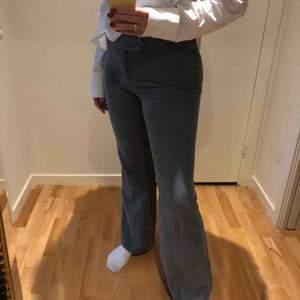 Super snygga manchester byxor från Zara i en grå/blå färg. Använda 5 gånger men i perfekt skick förutom det lilla hålet på baksidan, det går lätt att sy igen! Köpta för ca 500kr