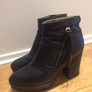 Jättefina svarta Acne Track skor. Fint skick! Har dock ett märke i skinnet på insidan av ena klacken. Inget man ser eller tänker på då man har dem på sig. Supersnygga! Ev frakt betalas av köparen.