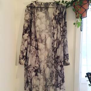 Kimono från H&M i marmormönster. Knälång ojämn flowy