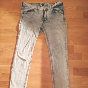 Blå-spräckliga (tror den korrekta termen är acidwashed hehe :) ) byxor i storlek 40, från H&M! Använda bara ett fåtal gånger!