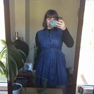 Säljer den här jättesöta klänningen köpt på beyond retro eftersom den har tyvärr aldrig riktigt har kommit till användning! Toppskick i mjukt jeanstyg. Går att knyta lite olika eller bara ha den sittandes lös!