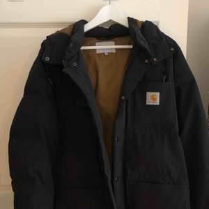Carhartt WIP Alpine coat köpt från Junkyard för 2200kr. Använd ca 2-3 ggr. Säljer för 2000kr. Varm och luftig, inte extremt varm så funkar till våren.