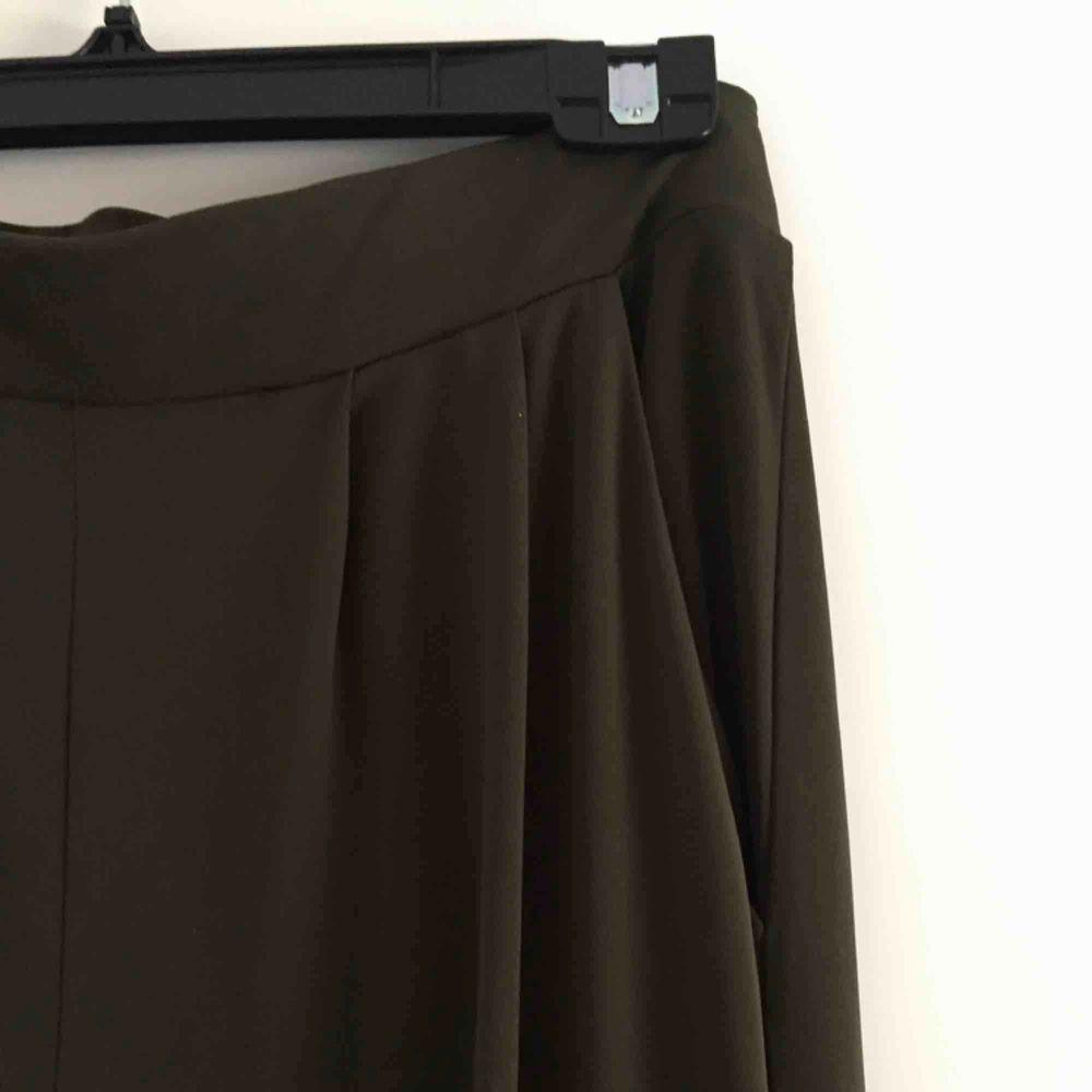 Mjuka mörkgröna byxor med fickor. Ingen storlek men passar mig som har strl S. Resår i midjan. Pösig passform. 📬 Frakt: 55 kr blå påse eller 63 kr spårbart . Jeans & Byxor.