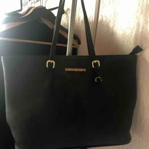 Kopia av MK, i fint skick! Bra tåligt material och ser helt ny ut. Bra inköp innan man köper riktiga väskan!