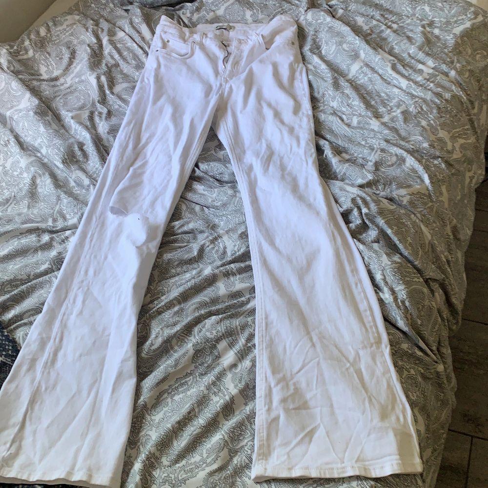 Jätte fina byxor från Gina med ett litet hål på ett av knäna. Jag har själv inte andvänt dessa så mycket men jag tycker dom är super fina. Ord pris 399 säljer för 140 kr + frakt 66! Om ni bor nära kan vi mötas upp!. Jeans & Byxor.