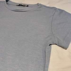 Supersöt ljusblå ribbad T-shirt från lager157. Endast använd någon enstaka gång. Lite konstigt ljus på bilden, den är mer babyblå.