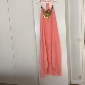Härligt klänning med snygg detalj. Från boohoo. Storlek 8 som motsvarar S. Med tags kvar.