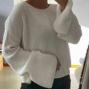 Jättefin stickad tröja från NAKD, använd sparsamt så den är i väldigt fint skick! Möts upp i sthlm annars så står köparen för frakt💜 passar XS, S