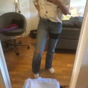 Super perfekta bootcut jeans! Älskar de men för små! Är en M/L i vanliga fall o jeans så passar på en Liten M och S! Har själv sytt på den gröna tygbiten för ville gömma hålet vid skrevet och nu syns inget hål eller något!!😊