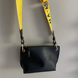 Jätte snygg väska från nakd som jag tyvär inte fått använding av, har inget mindre fack inne, köparen betalar frakt