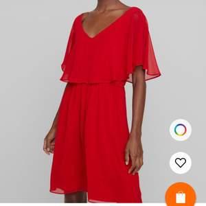 Säljer denna fina röda klänning med resårband i midjan. Köpt på Zalando ca 2 månader sedan. Använd 1 gång men lite för stor för mig och säljer den därför nu. St 32 men skulle säga att den är mer som en 34. Nypris 579 kr
