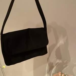 Jätte snygg liten väska, helsvart och uursnygg