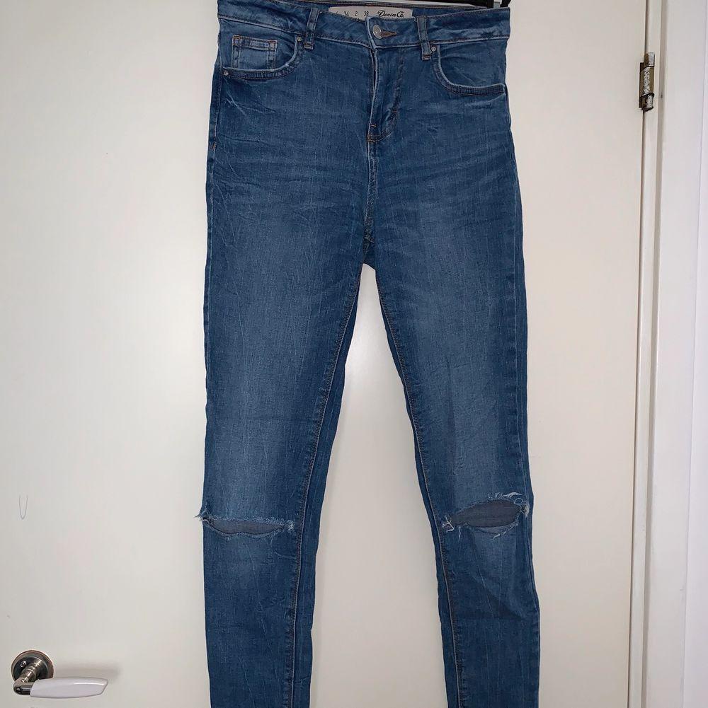 Blåa jeans med hål i knäna. Lågmidjade. Hämtas upp eller fraktas. Köparen står för frakt. Frakten ligger på ca 40kr. Skicka privat för bättre bild.. Jeans & Byxor.